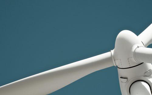 Windenergie - Windkraftanlage vor tiefblauem Himmel